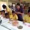 กิจกรรมสร้างอาชีพให้กับนักเรียนยากจนพิเศษโดยการสอนพับดอกกุหลาบ