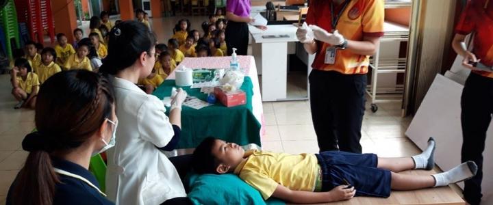 ศูนย์การแพทย์ปฐมภูมิโรงพยาบาลธรรมศาสตร์ ได้มาทำการเคลือบฟันฟลูออไรด์และตรวจสุขภาพช่องปาก ให้กับนักเรียนชั้นอนุบาลและชั้น ป.1